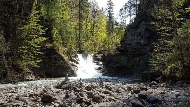 Blick über die Steinmanderl auf den imposanten Wasserfall im Allgäuer Ostertaltobel