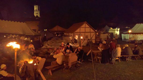 Wenn es dunkel wird, erklingt Musik aus den Lagern, meist mitreißende Trommelwirbel.